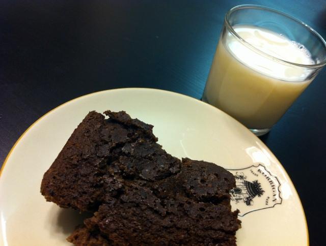 chocolateproteinbarandmilk